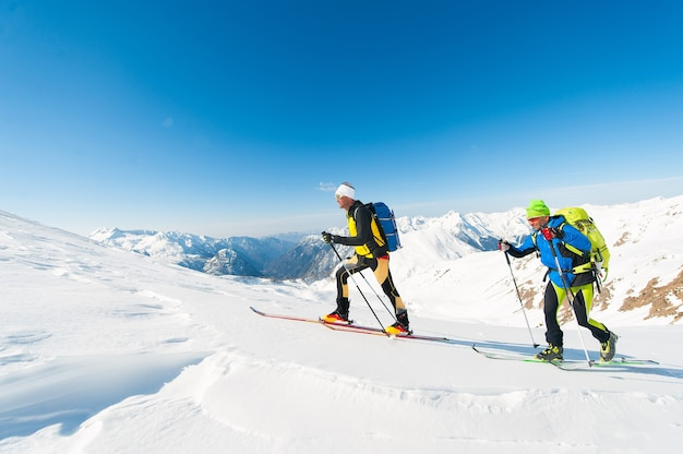 Alpinistas de esqui em ação nos alpes italianos