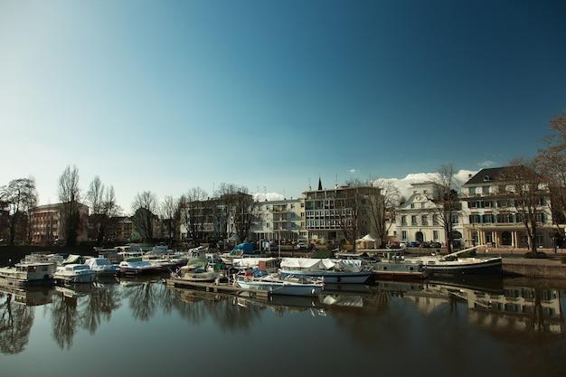 Alsácia, mulhouse, canal com barcos, paisagem urbana