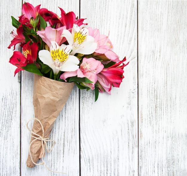 Alstroemeria flores em uma mesa