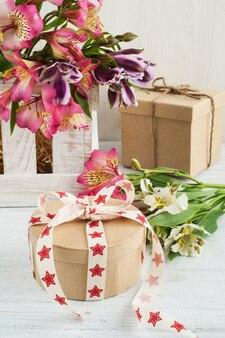 Alstromeria flores na caixa de madeira, presente