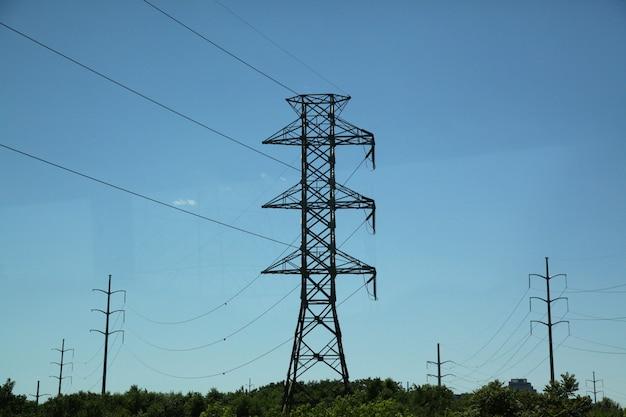 Alta linha de pólo de eletricidade na natureza