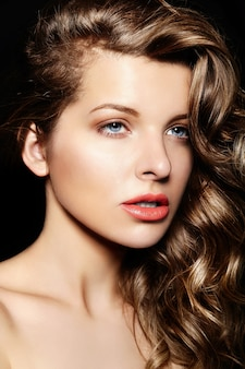 Alta moda look.glamor closeup retrato da bela morena elegante sexy
