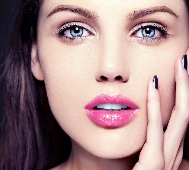 Alta moda look.glamor closeup retrato de beleza de modelo caucasiano jovem bonita com maquiagem nude com perfeita pele limpa com lábios rosa coloridos