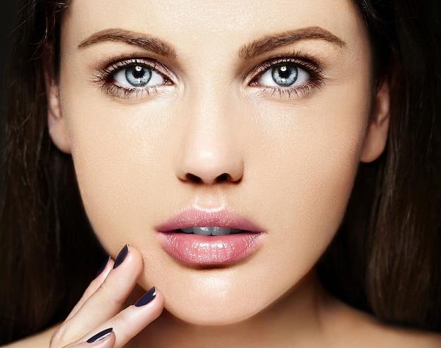 Alta moda look.glamor closeup retrato de beleza de modelo caucasiano jovem bonita com maquiagem nude com perfeita pele limpa
