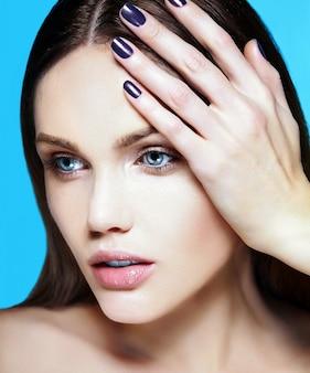 Alta moda look.glamor closeup retrato de beleza do modelo sensual caucasiano jovem bonita com maquiagem nude com perfeita pele limpa em fundo azul