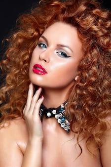 Alta moda look.glamor closeup retrato do modelo caucasiano bela jovem ruiva sexy com lábios vermelhos, maquiagem brilhante, com pele limpa perfeita com jóias isoladas em preto