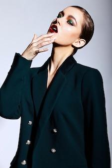 Alta moda look.glamor closeup retrato do modelo sexy caucasiano elegante morena jovem