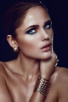 Alta moda look.glamor closeup retrato do modelo sexy caucasiano elegante mulher jovem e bonita loira com maquiagem brilhante, com perfeita pele limpa com olhos azuis com acessórios