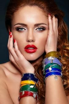 Alta moda look.glamor closeup retrato do modelo sexy caucasiano loiro elegante mulher jovem e bonita