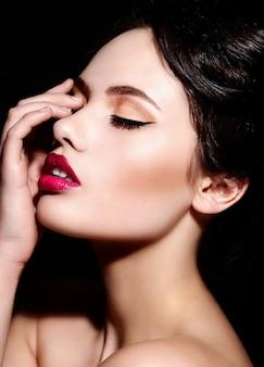 Alta moda look.glamor closeup retrato do modelo sexy caucasiano morena jovem bonita com maquiagem brilhante, com lábios vermelhos, com pele limpa perfeita