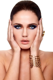 Alta moda look.glamor closeup retrato do modelo sexy caucasiano mulher jovem e bonita com lábios suculentos, maquiagem brilhante, com pele limpa perfeita isolado branco