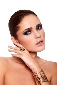 Alta moda look.glamor closeup retrato do modelo sexy caucasiano mulher jovem e bonita com lábios suculentos, maquiagem brilhante