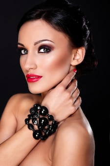 Alta moda look.glamor closeup retrato do modelo sexy caucasiano mulher jovem e bonita com lábios vermelhos, maquiagem brilhante, com pele limpa perfeita isolada no preto