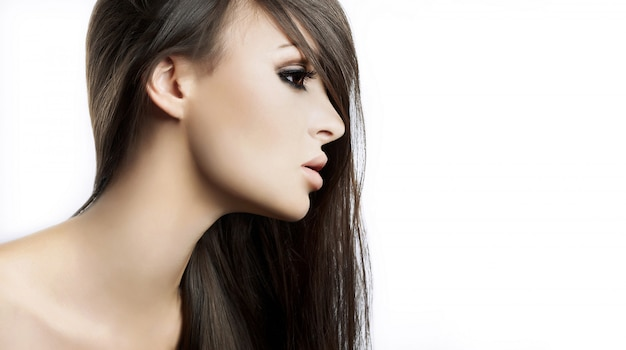 Alta moda look.glamor closeup retrato do modelo sexy caucasiano mulher jovem e bonita com maquiagem brilhante, com pele limpa perfeita, isolada no branco