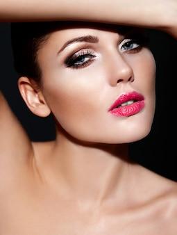 Alta moda look.glamor closeup retrato do modelo sexy caucasiano mulher jovem e bonita morena com lábios rosa, maquiagem brilhante com perfeita pele limpa