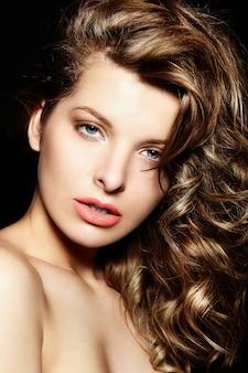 Alta moda look.glamor closeup retrato do modelo sexy caucasiano mulher jovem e bonita morena elegante com maquiagem brilhante