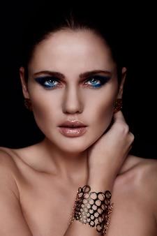 Alta moda look.glamor closeup retrato do modelo sexy caucasiano mulher jovem e bonita