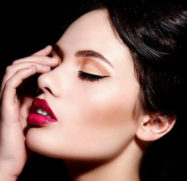 Alta moda look.glamor closeup retrato do modelo sexy elegante caucasiano mulher jovem e bonita com maquiagem brilhante, com lábios vermelhos, com perfeita pele limpa