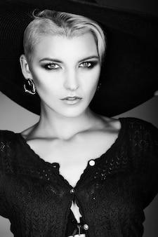 Alta moda look.glamor closeup retrato do modelo sexy elegante caucasiano mulher jovem e bonita com maquiagem moderna brilhante com cabelo curto com chapéu