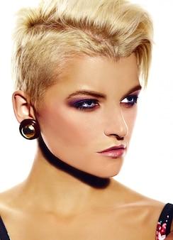 Alta moda look.glamor closeup retrato do modelo sexy elegante caucasiano mulher jovem e bonita com maquiagem moderna brilhante com cabelo curto