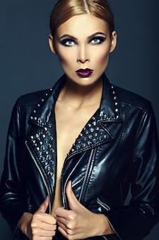 Alta moda look.glamor closeup retrato do modelo sexy elegante loira jovem bonita com maquiagem brilhante com lábios vermelhos com pele limpa perfeita em pano preto
