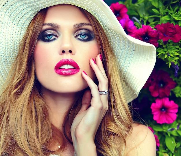 Alta moda look.glamor closeup retrato do modelo sexy elegante loira jovem bonita com maquiagem brilhante e lábios cor de rosa com perfeita pele limpa nos olhos de chapéu azul
