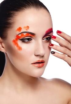 Alta moda look.glamor closeup retrato do modelo sexy morena jovem bonita com lábios laranja e pele limpa perfeita com unhas coloridas