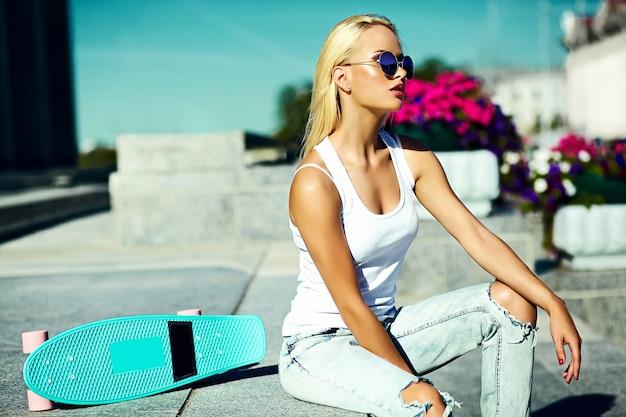 Alta moda look.glamor elegante sexy modelo loiro jovem garota com roupas de hipster casual brilhante de verão