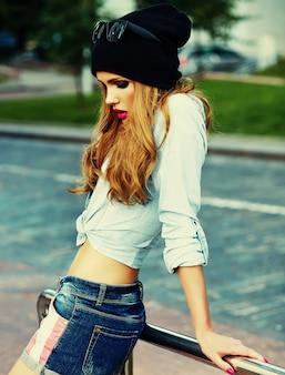 Alta moda look.glamor elegante sexy sorridente mulher jovem e bonita modelo em pano hippie verão brilhante na rua