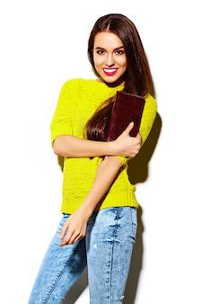 Alta moda look.glamor elegante sexy sorridente mulher jovem e bonita modelo no verão brilhante amarelo casual hipster pano com bolsa de embreagem