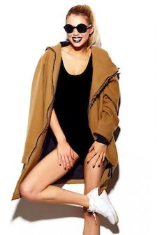 Alta moda look.glamor sexy sorridente modelo mulher jovem e bonita loira em pano hippie brilhante de verão em óculos de sol