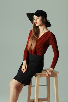 Alta moda modelo posando no chapéu