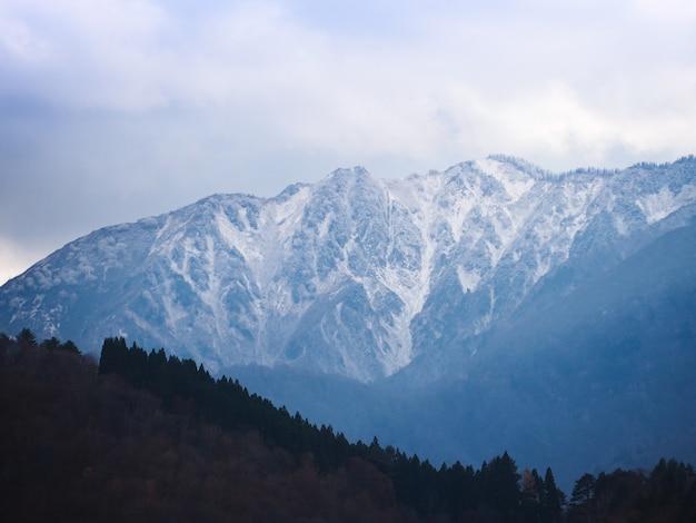 Alta montanha coberta por neve branca