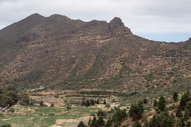 Alta montanha em um dia nublado
