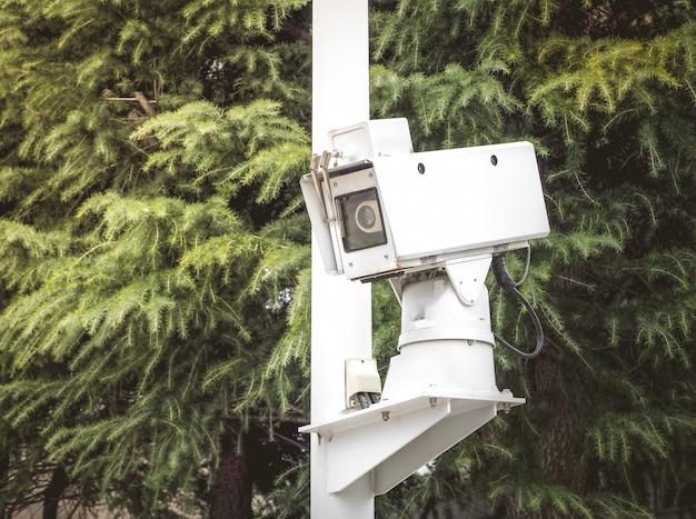 Alta tecnologia cctv câmera lugar de segurança em um parque público