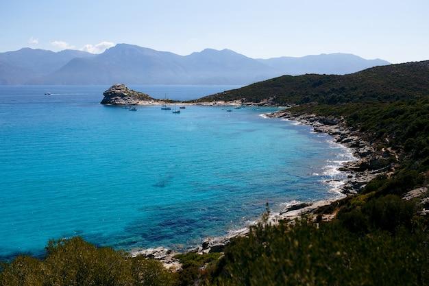 Alta vista da incrível natureza da ilha da córsega, frança, montanhas, fundo turquesa da vista do mar.