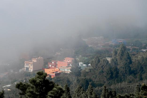 Alta vista resort cercado por nuvens