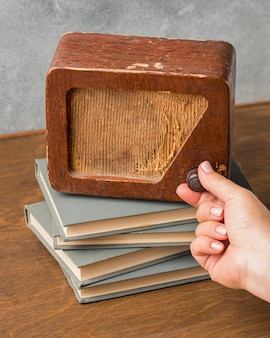 Alta visualização de rádio vintage em pilha de livros