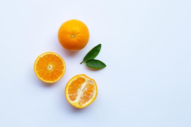 Alta vitamina c. citrinos frescos de laranja com folhas isoladas no branco