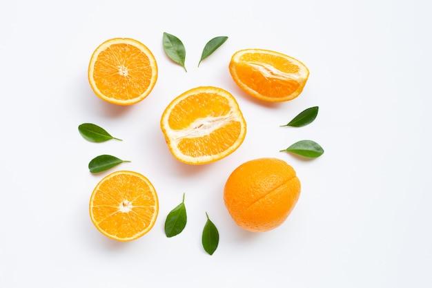 Alta vitamina c. citrinos frescos de laranja com folhas isoladas