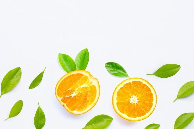 Alta vitamina c, fruta laranja jfresh com folhas verdes em branco isolado.