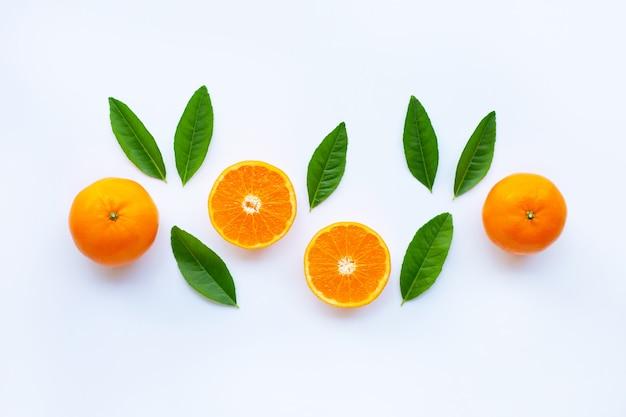 Alta vitamina c, laranja citrinos frescos em branco