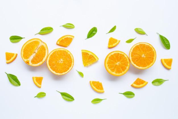 Alta vitamina c, suculenta e doce. fruta alaranjada fresca com as folhas verdes no branco.