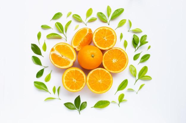 Alta vitamina c, suculento e doce laranja fruta fresca com folhas verdes em branco