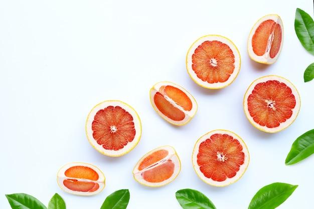 Alta vitamina c. toranja suculenta em fundo branco.