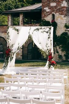 Altar de casamento feito de cortinas quadradas fica no quintal