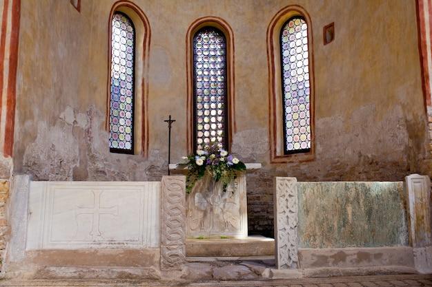 Altar do batistério, grado