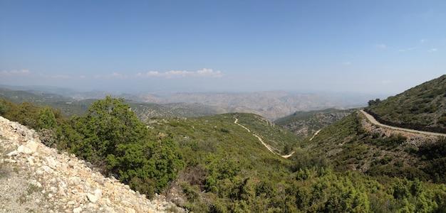 Altas montanhas dos pireneus, com prados ainda nevavam no verão e seu degelo.