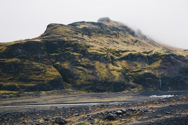 Altas montanhas e colinas no campo