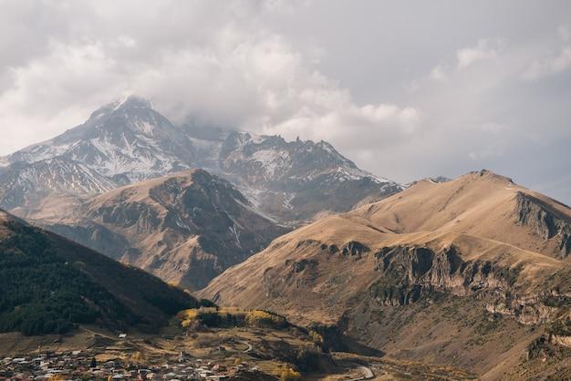 Altas montanhas majestosas, picos cobertos de neve branca